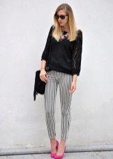 54b6cc6873e С брюками пижамного стиля хорошо сочетаются босоножки на высоком каблуке и  сумочка в цвет им. Блузка должна быть также пижамного стиля