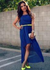 К синему платью подойдут бежевые туфли