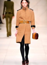 b453e4c366d На высоких девушкам хорошо смотрятся пальто в виде трапеции или пончо.  Длинные модели имеют место быть только в случае с шикарными шубами.
