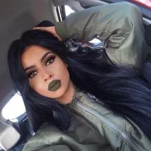 Зеленая губная помада: проявляющаяся на губах и меняющая цвет на темно-зеленый