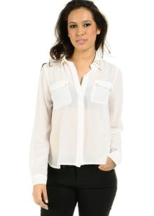 ee409670902 Модную белую блузку смело можно надеть в кино