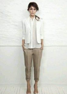 5b0ec58d78e2 Бежевые брюки (58 фото): с чем носить, с чем сочетаются, летние ...