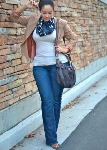 Фигуры девушки в синих джинсах фото