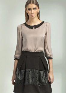 528bfc1cdc83 Почувствовать себя в центре внимания помогут приталенные блузы из тканей с  металлическим эффектом  батники, боди, шемизье. Интересно смотрится на  стройной ...