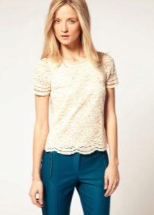 0edf8b8bc03 Кружевная блузка станет центральным акцентом и сделает вас более женственной  и элегантной. При желании вы можете подобрать нежные украшения