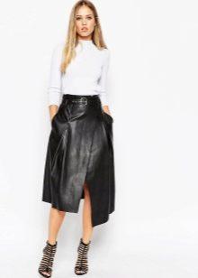 7d99175d579 Реже всех встречаются кожаные юбки длины макси или в пол. Юбку такой длины  следует выбирать особо тщательно. Материал должен быть из особо мягкой кожи.