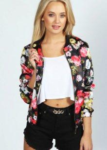 924cd8416b4 С легкими летними куртками можно составлять множество ярких интересных  образов. Тонкая дышащая ткань насыщенных цветов чаще всего