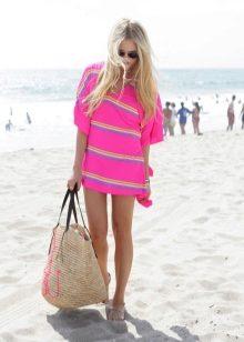 90ab4eb581ce ... свои летние коллекции такие аксессуары. Красавицам, любящим пляжный  отдых, предоставляется большой выбор сумок, которые можно взять с собой на  отдых.
