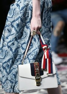 656725c21994 На Неделе Моды в Милане была представлена эксцентричная коллекция новых -  часто иррациональных – образов. Романтика путешествий и ретро стиль  переплетаются ...