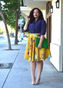 969ace61104 Модель юбки ниже колена визуально убавит рост еще на пару сантиметров.  Таким девушкам лучше выбирать короткие юбочки.