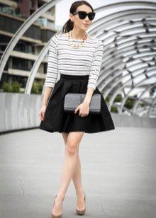 4c13f94dd65 Свобода цветовых сочетаний позволяет носить такую юбку с одеждой любых  тонов. С блузами в пастельной цветовой гамме получается нежный и стильный  образ.