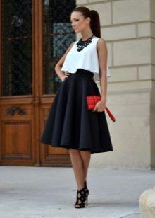 b1a7d194672 Легкая юбка-солнце в последнее время достаточно часто появляется в  коллекциях от модных дизайнеров. Этот фасон подходит для создания множества  непохожих ...