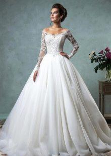 735f0aeac87 Девушки с «весенним» типом внешности могут выбрать для свадьбы платье цвета  слоновой кости. Этот тип внешности отличается светлыми волосами