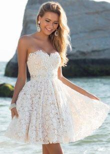 2bc48cc51e2a509 Силуэт короткого платья может быть свободным и приталенным. Очень красиво  смотрится белое вечернее платье с короткой пышной юбкой и атласным поясом,  ...