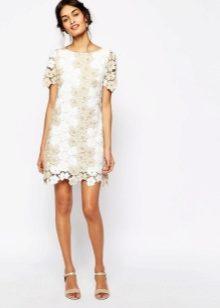 c7ee207bb9f Платье может быть полностью выполнено из кружевного полотна или иметь  ажурные вставки на подоле