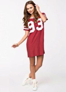 509c6f5bbce Модницы размера плюс могут сочетать короткие платья-футболки с узкими  джинсами или брюками. А хрупкие девушки могут создать комбинацию такой  модели с ...