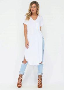 ba1635122fb В сочетании с кедами такое платье-футболка будет смотреться стильно и  лаконично. Дополнить аутфит можно объемной сумкой или рюкзаком.