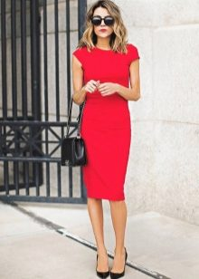593cd8ade53d16a ... белого или бежевого цвета – вот идеальный вариант для красного платья –  футляр. Совсем смелые особы выбирают под такое платье еще и красную обувь,  ...