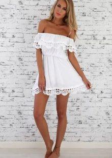 Узкое платье с открытыми плечами