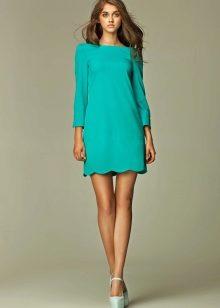 6771a96b056 Прямое бирюзовое платье отличается некой строгостью фасона