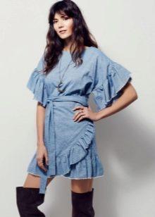 28ffec1d08c Джинсовые платья с воланами на плечах подойдут девушкам с фигурой «груша»