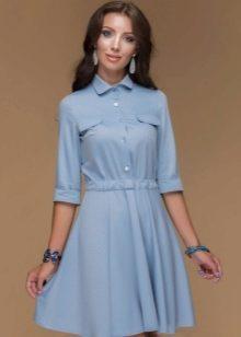 df5c8044d7b Нежно-голубое платье с маленьким и характерным круглым воротничком  смотрится милым и очаровательным. Особенно если это короткое платье без рукавов  с ...