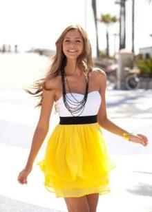 4b40a3a11eab4b5 И лишь летом можно увидеть столько красивых и элегантных девушек. Помогают  им в этом ни шорты, ни майки, а легкие и грациозные платья.