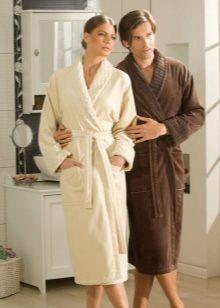 Парень смотрит под халат женщине