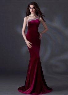 bb357d15d13 ... ключиц и красоту шеи. Особо популярен сегодня тренд асимметричности. В  данном случае это могут быть платья с проймой на одно плечо.