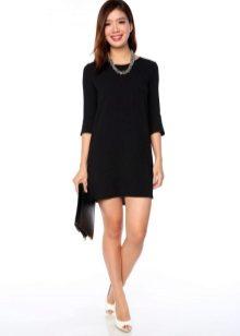 Прямое черное платье аксессуары