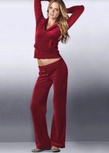 c5af1eef Женские спортивные велюровые костюмы появились в восьмидесятых годах 20 века.  Вначале эти костюмы использовала марка Fila в своей коллекции, ...