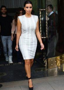 Белое платье и черные туфли сочетаются