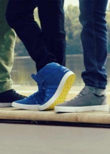 a39a3529 Внешне они выглядят как спортивная обувь, при этом имеют зачастую толстую  легкую подошву. Неотъемлемый атрибут каждой модели – шнуровка.