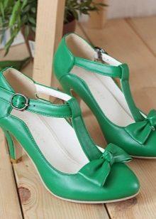 Зеленые туфли с открытым мыском выглядят свежо, интересно и женственно.  Дизайнеры советуют носить с такой обувью комбинезон-шорты, платье, брюки  серого ... cad7fa5e4b5