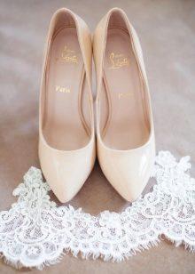 eaf7a7647 Выбор платья, прически, макияжа затягивают невесту в бесконечный  круговорот. А ведь нужно еще позаботиться о туфлях. Разберемся, как все  успеть и подобрать ...