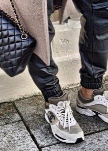 7177a4cd Конечно же, в реальной жизни никто не станет носить кроссовки под  элегантные твидовые костюмы, но стоит отметить, что спортивная обувь от  Шанель прочно ...