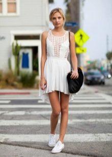 6a831033dc6bc0 Белые кроссовки – джинсовое платье. Будет хорошо смотреться одежда как из  легкого, так и из классического денима. Идеально будут смотреться  платья-рубашки, ...