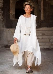 3d7e577c61a1 Одни из самых ярких модных домов, кто выпускает одежду данного стиля,  являются Этро, Кавалли, Дольче и Габанна.