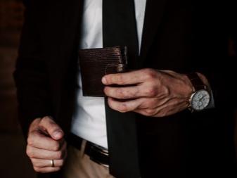 be459c101680 Особым спросом пользуются кошельки известных брендов, которые мы подробнее  обсудим в следующем вопросе. Стильный и качественный кошелек, ...