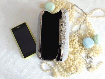 6ef23aebc420 Клатч-кошелёк. Сумочка такой формы не рассчитана на большое количество  вещей. В ней могут поместиться только самые важные вещи: телефон, помада  для губ и ...