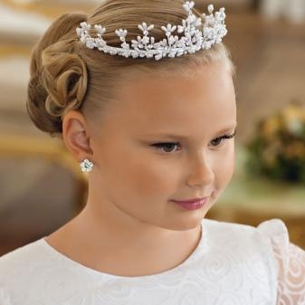 49d118396298c8b Чаще всего для создания нарядного образа в прическе используются локоны,  красиво и непринужденно ниспадающие на плечи. Также волосы девочки можно  украсить ...