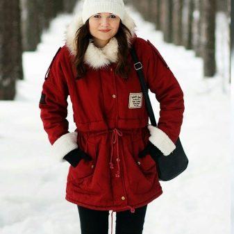 Белая шапка (56 фото): белая куртка и белая шапка, красно-белая, белая с коричневым и сине-белая шапка с аранами, КХЛ