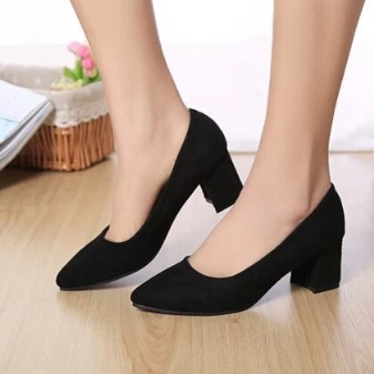 b84a477ce62b Кроме того, отличной альтернативой станут туфли на толстом каблуке из  лаковой кожи. Они выглядят очень элегантно и стильно.