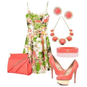 Платье с коралловыми бусами