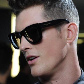 bc7d97b8f8c4 Этим летом создать персональный лук помогут солнцезащитные мужские очки. К  тому же они станут эффективной защитой от ярких солнечных лучей, помогут  сберечь ...