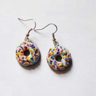 Серьги 2018 (138 фото): модные сережки в ушах дополняют образ, модели из полимерной глины и в форме крестов, техника фриволите