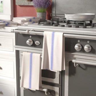 Как отстирать кухонные полотенца при помощи растительного масла? Как постирать тканевые салфетки для кухни подсолнечным масляным раствором в домашних условиях