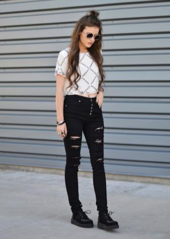 94fc88ffc17 Для клуба можно выбрать рваные черные джинсы и обыграть их интересным топом  с пайетками. Чтобы убрать излишнюю сексуальность