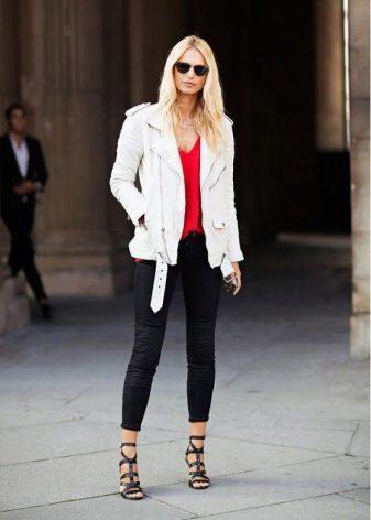 Девушка в джинсах и белой рубашке снять фото 112-829