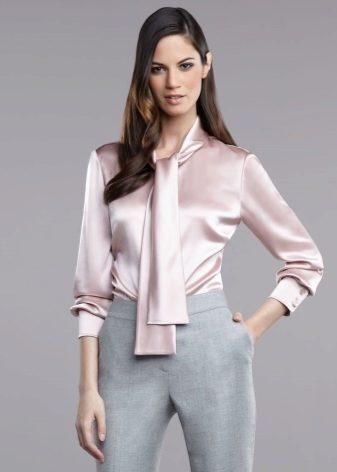 Шикарно смотрятся на девушках атласные блузы. Мерцающая ткань может быть  еще и дополнительно декорирована блестками или кристаллами. 7301b7ae4a0